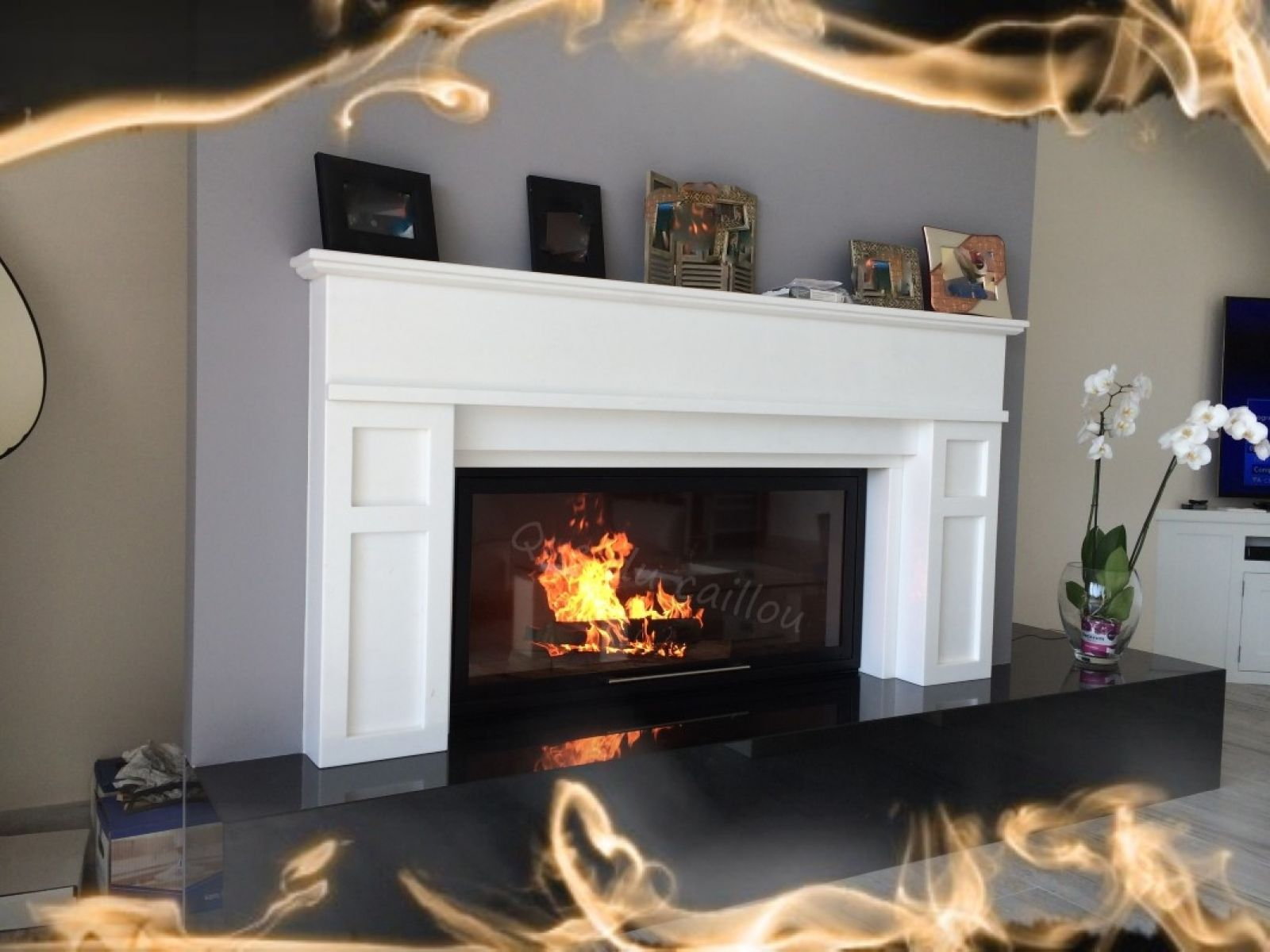 Cheminee En Granit Noir Et Marbre Blanc Avec Foyer Ferme Installee A