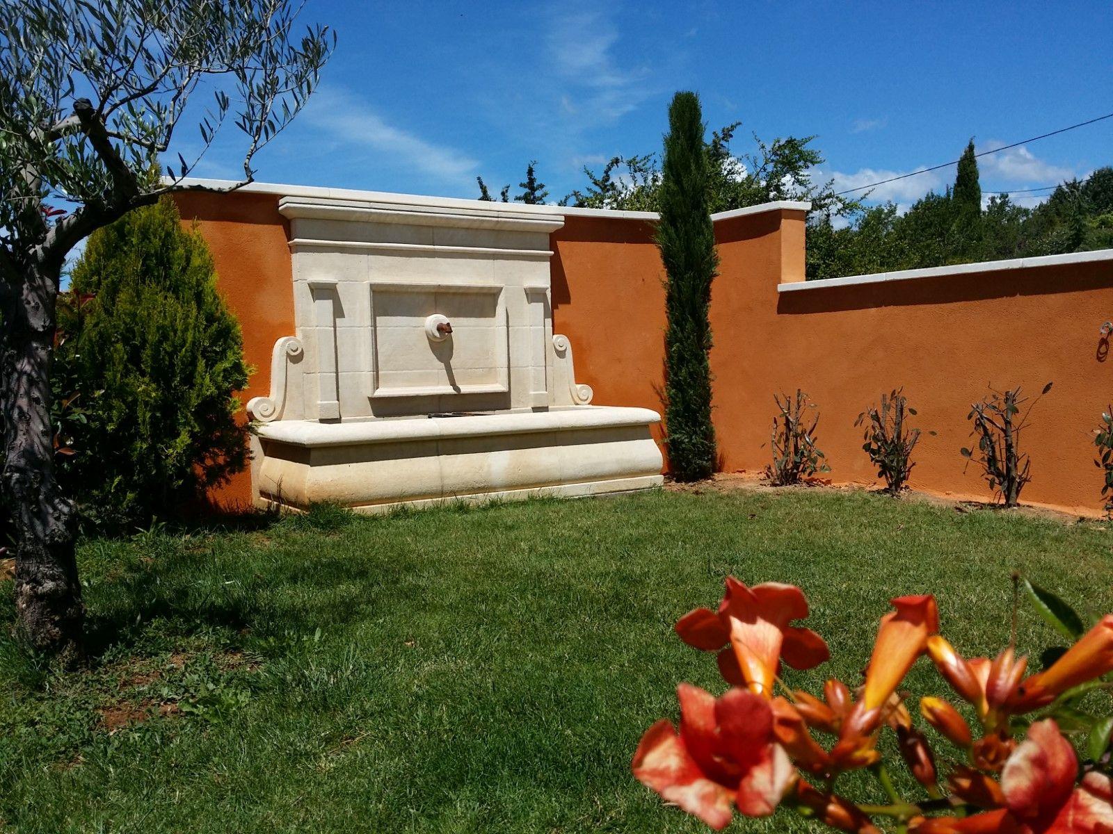 r alisation et installation d 39 une fontaine avec fronton en pierre de beaulieu jouques entre. Black Bedroom Furniture Sets. Home Design Ideas