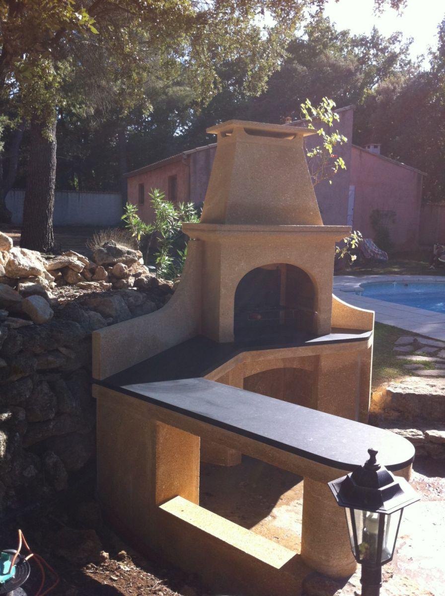 R alisation d 39 un barbecue en pierre du gard et granit noir for Barbecue en pierre de taille
