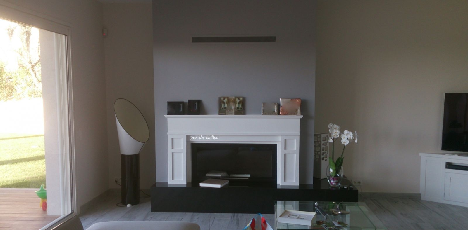 chemin e en granit noir et marbre blanc avec foyer ferm install e nice que du caillou. Black Bedroom Furniture Sets. Home Design Ideas