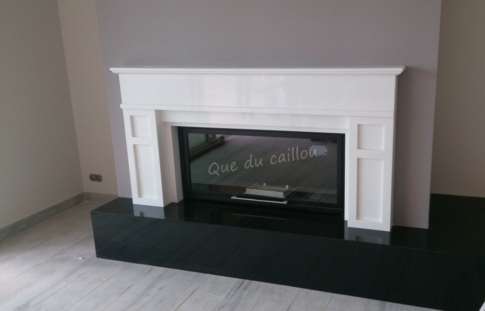 chemin e en granit noir et marbre blanc avec foyer ferm. Black Bedroom Furniture Sets. Home Design Ideas