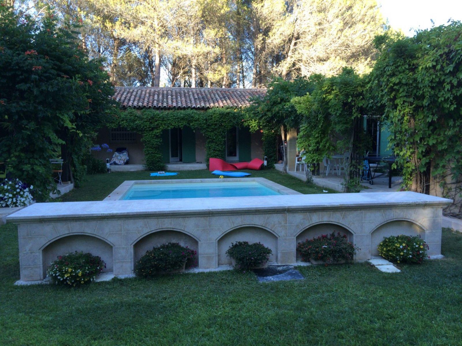 R alisation de margelles de piscine avec fronton en pierre for Bourgogne gite avec piscine